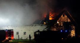 12 zastępów strażaków walczyło z ogniem w Ożarach Wielkich [foto+video]