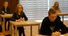 Uczniowie szkół ponadpodstawowych walczą o tytuł Mistrza Ortografii [foto]