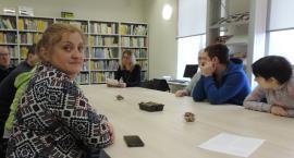 Bajka terapeutyczna i dogoterapia w bibliotece. Spotkanie z podopiecznymi ŚDS w Filii MBP