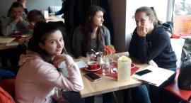 """Uczniowie """"Czerwoniaka"""" uczą się trudnej sztuki parzenia kawy"""