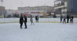 Dzieci, młodzież i dorośli ruszyli na lodowisko