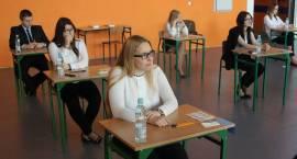 Maturzyści po egzaminie z