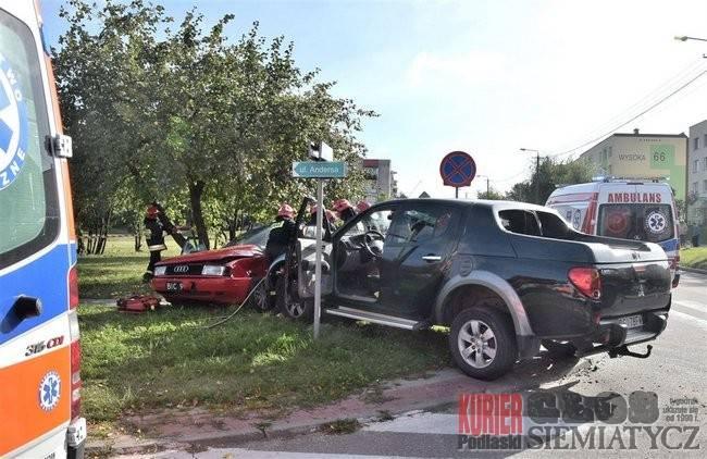 Wypadki drogowe, Wypadek kierowca żyje - zdjęcie, fotografia