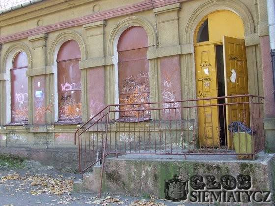 Nurzec Stacja - Zabytkowy dworzec budynek popada w ruinę