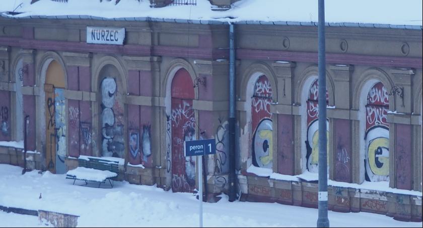 na zdjęciu - zabytkowy dworzec w Nurcu Stacji długo czeka już na remont