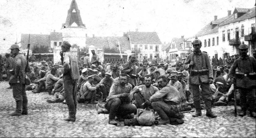 Jeńcy rosyjscy na Rynku w Siemiatyczach, zdjęcie z 1914 roku