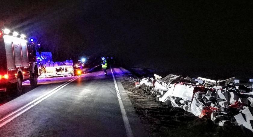 Wypadki drogowe, Kolizja dziewiętnastce Przewrócona ciężarówka - zdjęcie, fotografia