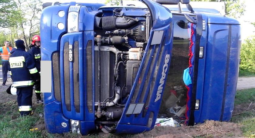 Wypadki drogowe, Ciężarówka rowie - zdjęcie, fotografia