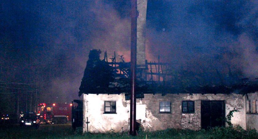 Pożary - straż, Nocny pożar obory - zdjęcie, fotografia