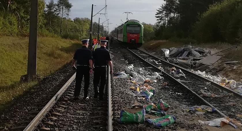 Wypadki drogowe, Ciężarówka wjechała pociąg Pięć osób szpitalu - zdjęcie, fotografia