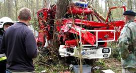 Wóz strażacki uderzył w drzewo