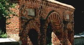 Fotografia. Ocalała brama dawnego cmentarza żydowskiego