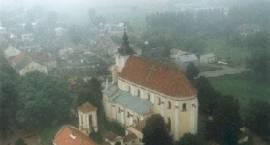 Fotografia. Widok lotniczy na kościół pw. Wn.NMP w Siemiatyczach