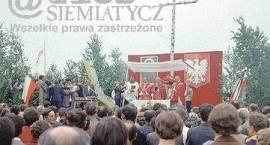 1981. Pierwsza msza w miejscu publicznym w Siemiatyczach po latach komunizmu