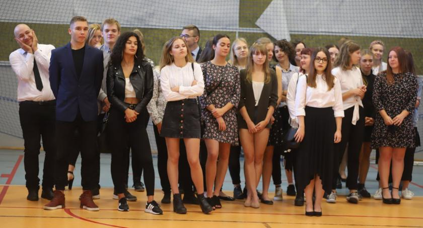 Edukacja, Uczniowie Złotowie przywitali szkolny - zdjęcie, fotografia