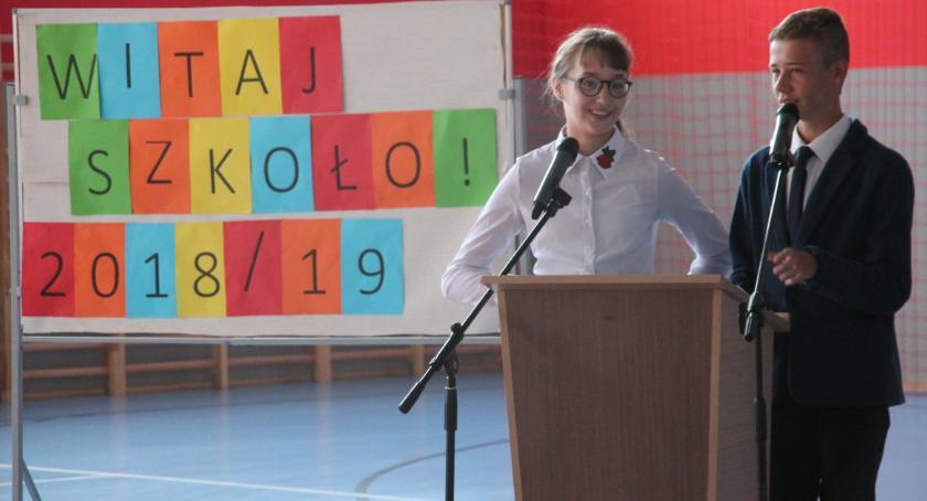 Edukacja, Szkoła Podstawowa Złotowie przywitała szkolny - zdjęcie, fotografia