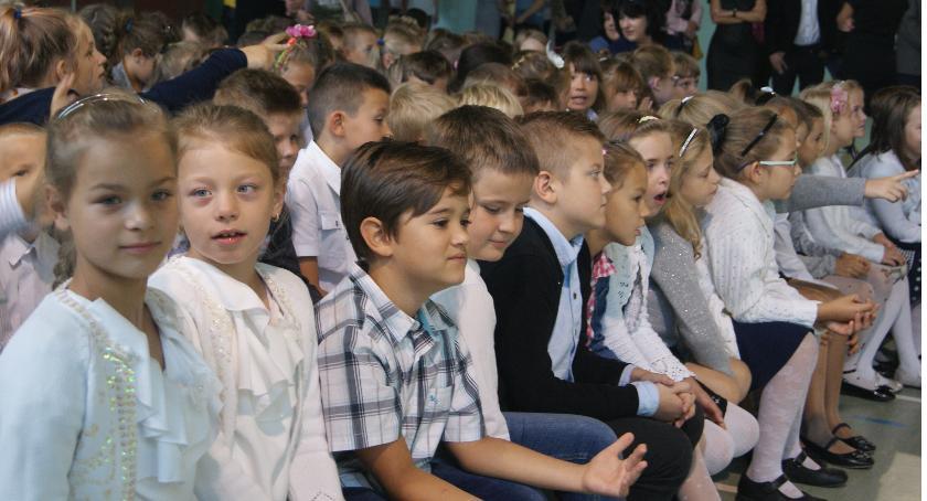Edukacja, Uczniowie Publicznej Szkoły Podstawowej Krajence przywitali szkolny - zdjęcie, fotografia
