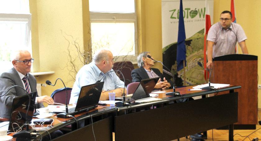 Dyskusję rozpętał Krzysztof Koronkiewicz (z lewej) - do tablicy wywołany był także prezes złotowskiego TBS Przemysław Pająk (z prawej) (zdjęcie archiwum portalu)