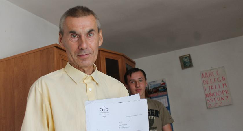 Stanisław i Krystian Witczak mieszkają w domu, który ma nie nadawać się do remontu. Poza tym ojciec ma spore długi