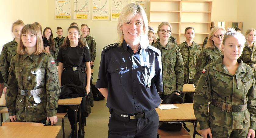 Policja - komunikaty i akcje, cyberprzestępczości śladach kryminalistycznych uczniami liceum mundurowego - zdjęcie, fotografia
