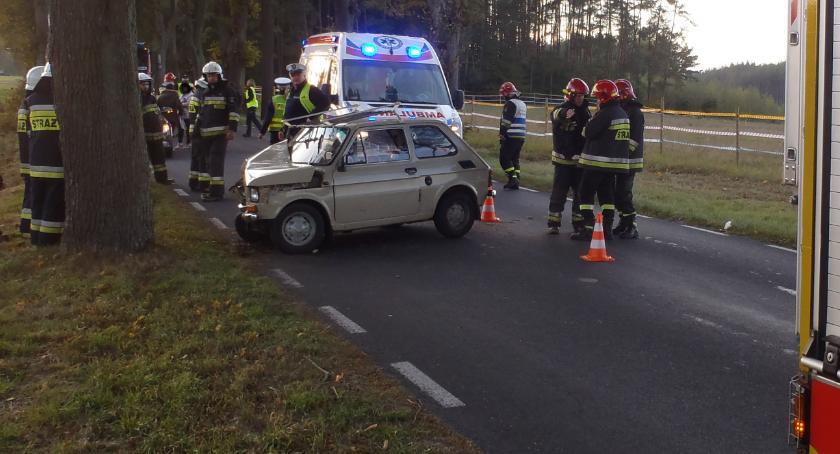 Wypadki drogowe, Uderzył drzewo drodze Złotów Śmiardowo Złotowskie - zdjęcie, fotografia