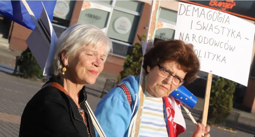 Spotkania i festyny, Złotowianie protestowali dzisiaj Placu Paderewskiego - zdjęcie, fotografia
