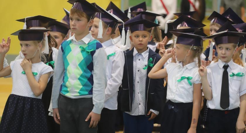 Edukacja, Pasowanie ucznia złotowskiej Trójce - zdjęcie, fotografia