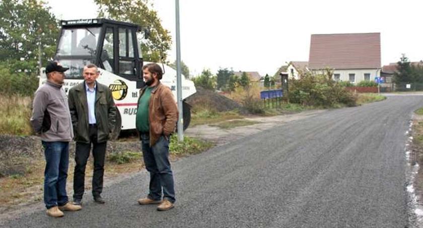 To zdjęcie sprzed kilku lat, gdy rozpoczynano w gminie Złotów emulsjonowanie dróg gruntowych. Dziś tę technologię chce u siebie wypróbować kilka sołectw