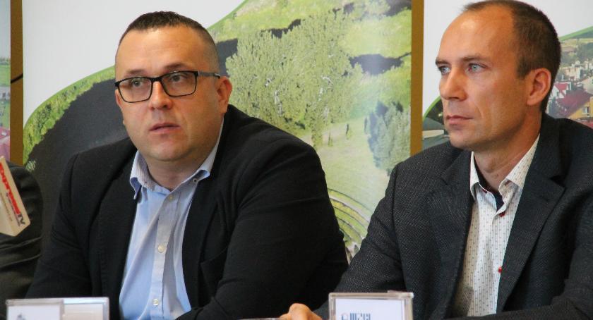 Przemysław Pająk i Jarosław Bobek mówili o planach ZTBS-u i MZGL-u podczas niedawnej konferencji prasowej w magistracie