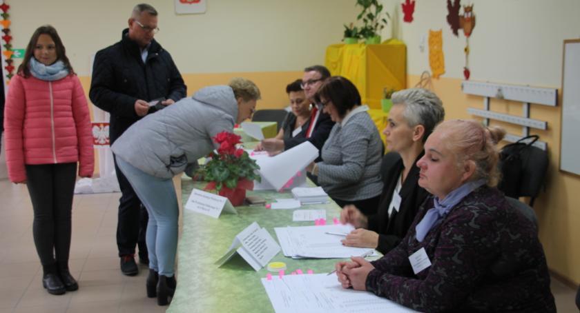 Wybory, Druga wyborów burmistrza Złotowa frekwencja godzinę - zdjęcie, fotografia