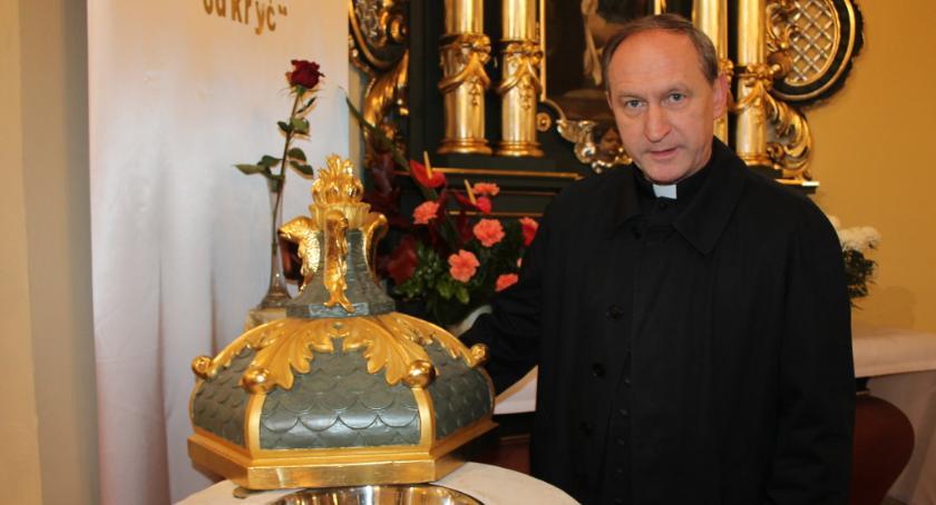 Kościół, Proboszcz Jastrowia ludzie zdobią [Wideo] - zdjęcie, fotografia