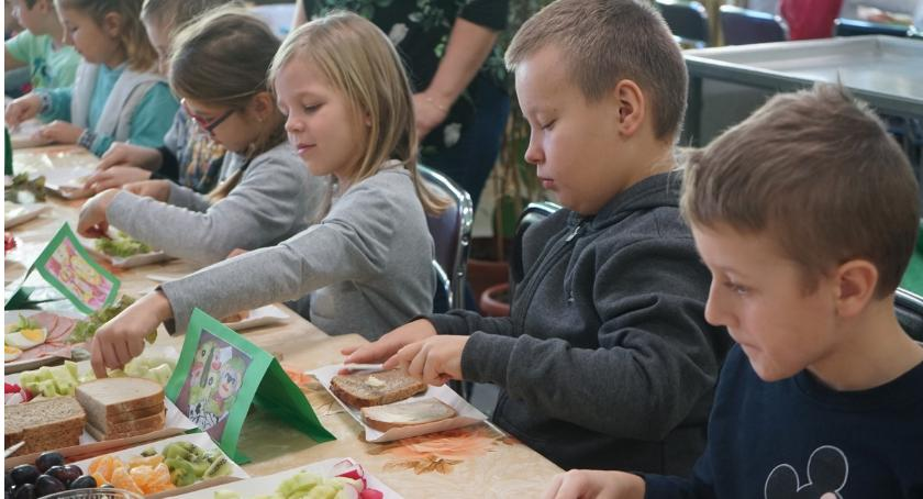Edukacja, Śniadanie złotowskiej Trójce - zdjęcie, fotografia