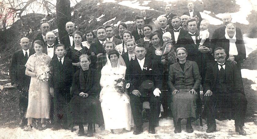Ślub Erny - siostry Emila. Po prawej stronie siedzi Anna i Emil, nad nimi stoi Zuzanna z małą Ingrid - Buczek 1939 r.