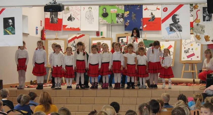 Uroczystości obchody, Uroczyście okazji Święta Niepodległości Szkole Podstawowej Złotowie - zdjęcie, fotografia