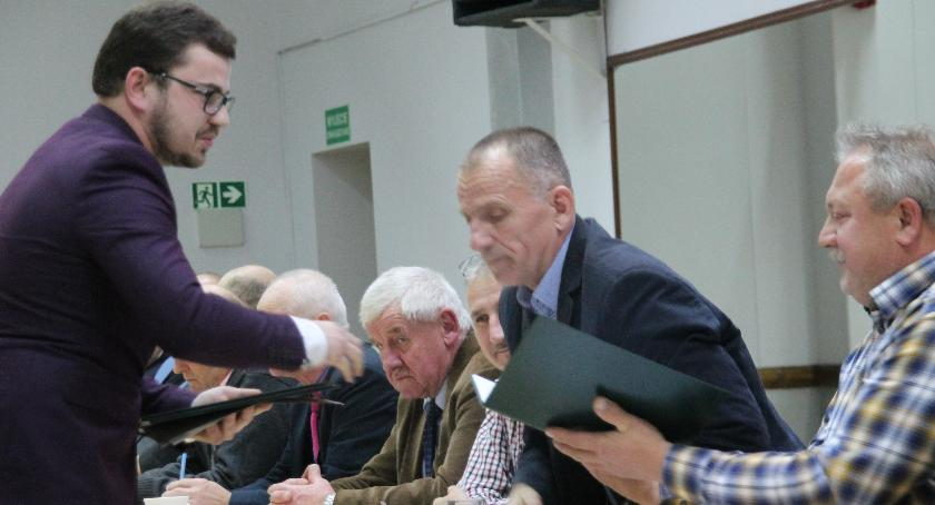 Wśród radnych Tomasz Zbylut dziękował zwłaszcza tym, którzy współpracowali z nim w komisji oświaty, kultury, zdrowia, sportu, spraw socjalnych i porządku publicznego