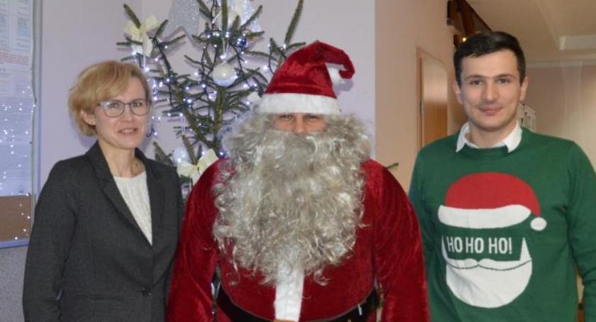 Spotkania i festyny, Mikołaj odwiedził Urząd Gminy Zakrzewie - zdjęcie, fotografia