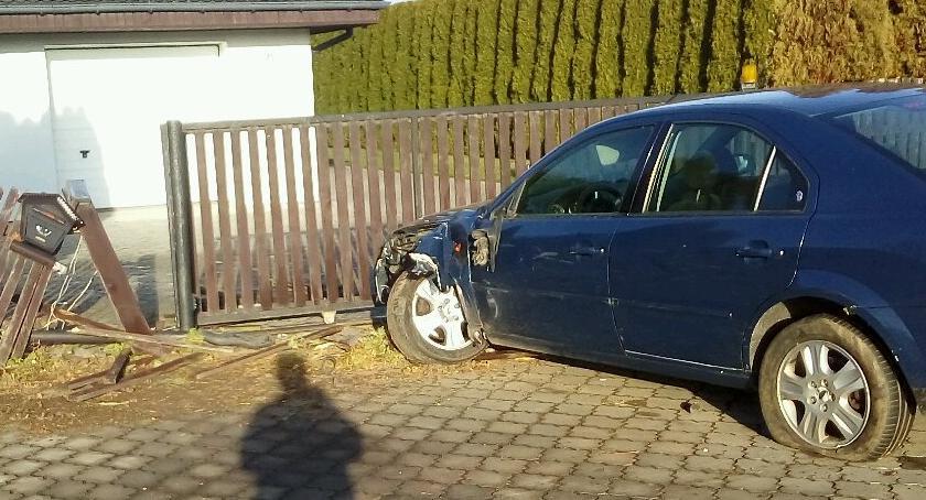 Wypadki drogowe, Autem płot prawa jazdy - zdjęcie, fotografia