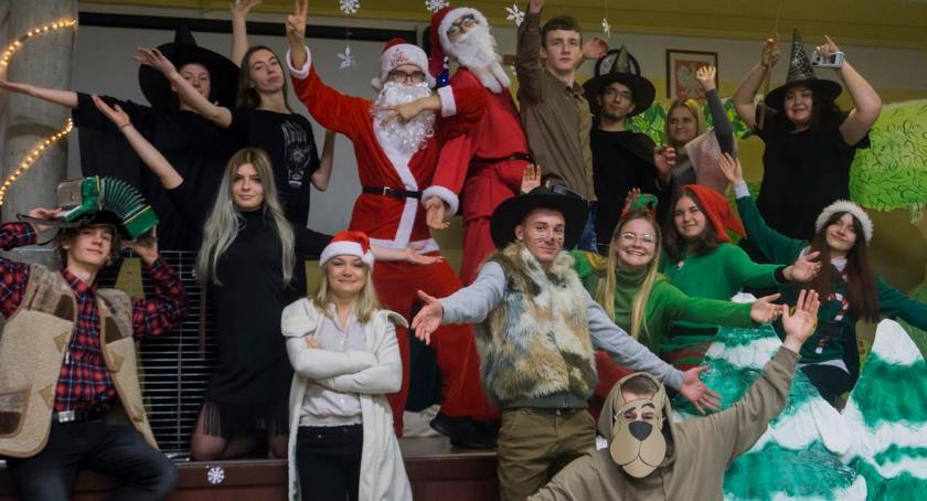 Edukacja, Uczniowie Ekonoma świątecznym przedstawieniu najmłodszych - zdjęcie, fotografia