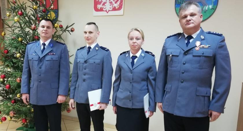 Policja - komunikaty i akcje, Gratulacje wyróżnienia policjantów - zdjęcie, fotografia