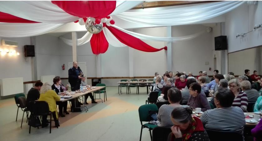 Seniorzy, Dzielnicowi spotkali seniorami Krajence Tarnówce - zdjęcie, fotografia
