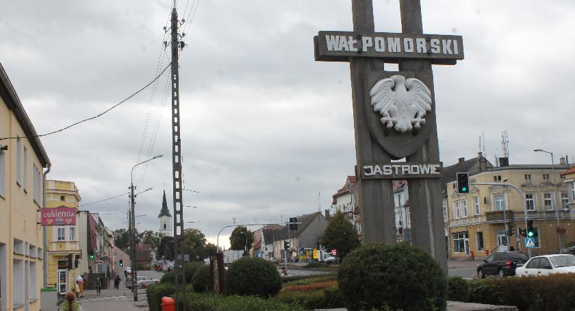 """Generalna Dyrekcja Dróg Krajowych i Autostrad zamierza rozebrać """"Miecze grunwaldzkie"""" stojące w centrum Jastrowia. Może też """"odstąpić"""" je miastu. Burmistrz Wojtiuk zastanawia się nad akcją protestacyjn"""