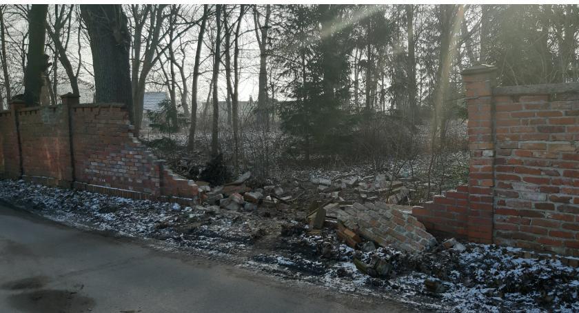 Wypadki drogowe, Kilkumetrowa wyrwa murze pałacu Działyńskich - zdjęcie, fotografia