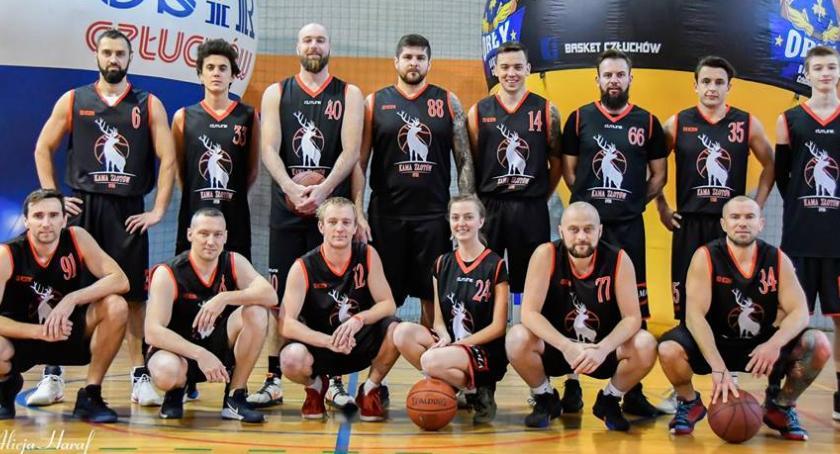 Koszykówka, górą - zdjęcie, fotografia