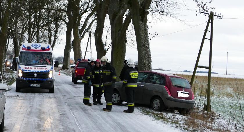 Wypadki drogowe, Lancia uderzyła drzewo - zdjęcie, fotografia