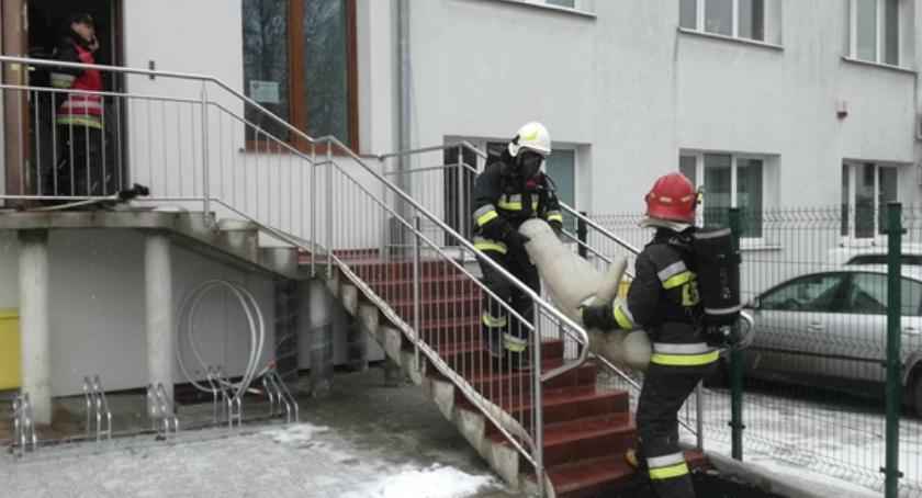 Straż pożarna, Ćwiczenia strażaków budynku administracyjnym weterynarii Złotowie - zdjęcie, fotografia