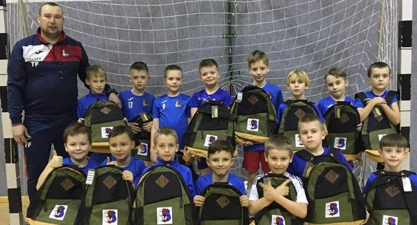 Piłka nożna, Piłkarze dostają plecaki - zdjęcie, fotografia