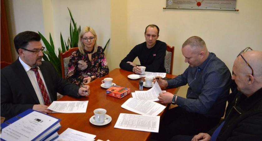 Samorządowcy, Podpisano umowę budowę wiejskiej Głubczynie - zdjęcie, fotografia