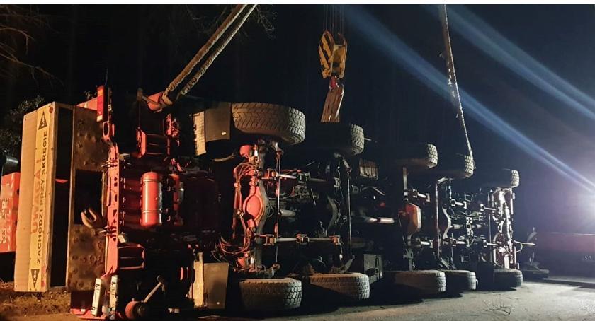 Wypadki drogowe, akcja podnoszenia tonowego dźwigu - zdjęcie, fotografia