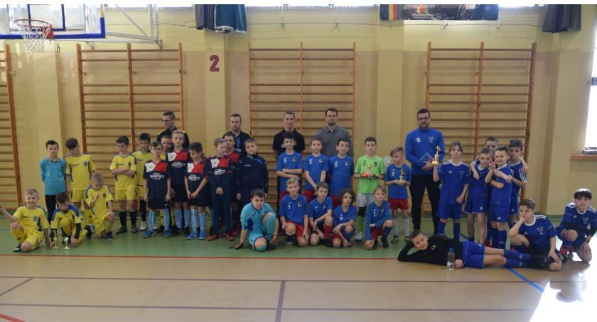 Piłka nożna, Puchar prezesa Polonia Jastrowie rękach Football Academy Złotów - zdjęcie, fotografia