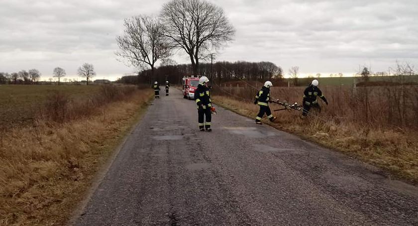 Straż pożarna, Przewrócone słupy telefoniczne - zdjęcie, fotografia